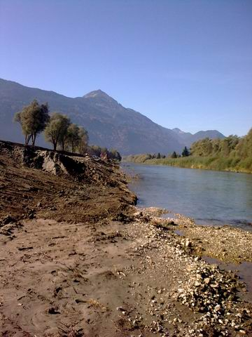Die Berme am rechten Ufer wird teilweise entfernt.